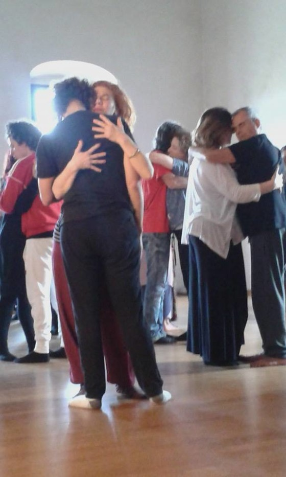 Serena Zampini che conduce sessione durante Festival di TangoOlistico® a Titignano 17-18-19 aprile 2015